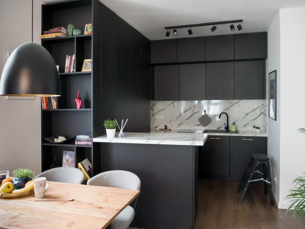 Черна кухня в рамка