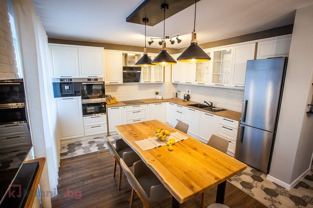 Ъглова кухня в натурални тонове
