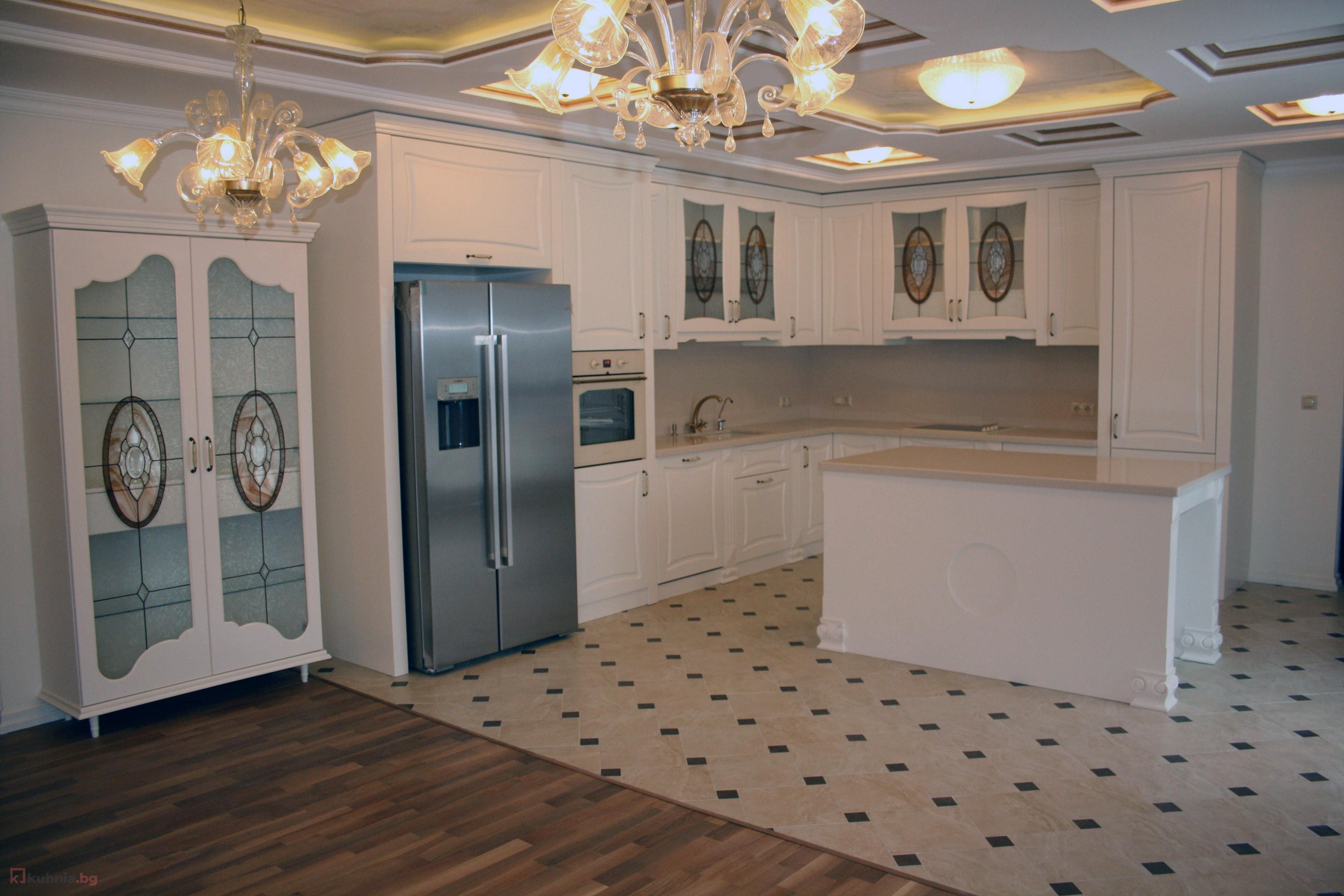 Ъглова класическа кухня в бяло