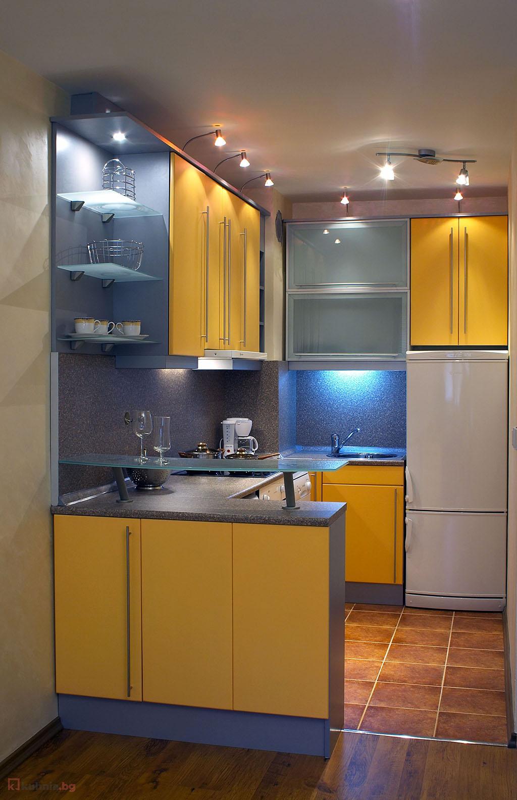 Малка П-образна кухня в жълто
