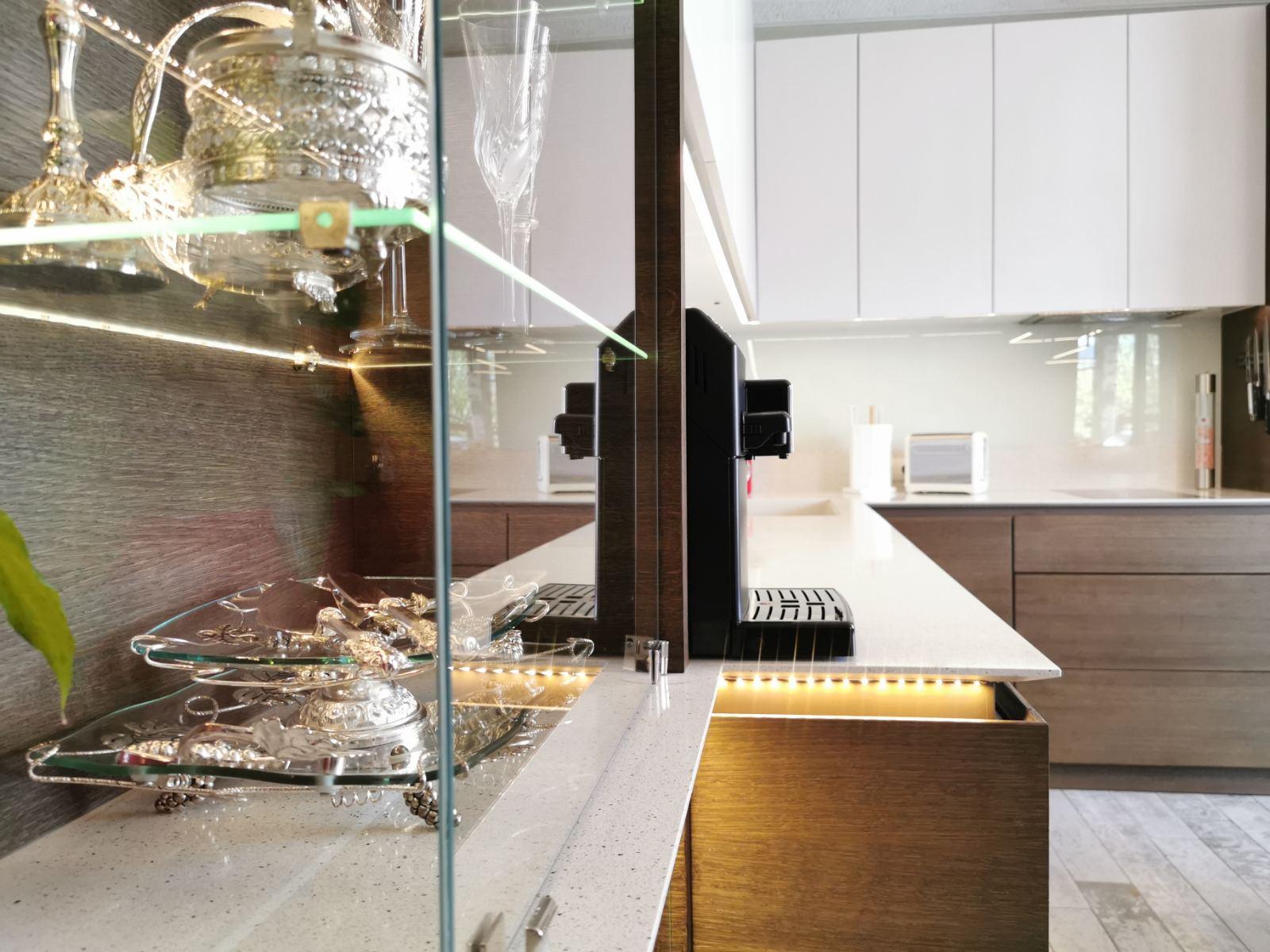 стъклени елементи в кухнята