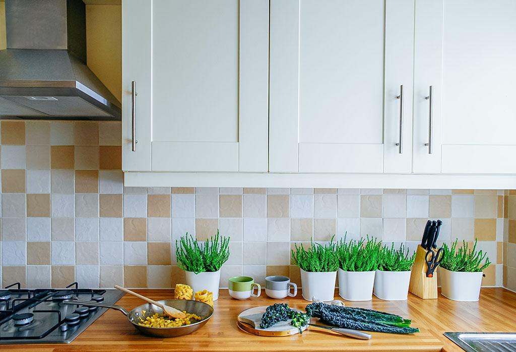 двуцветни плочки гръб за кухня