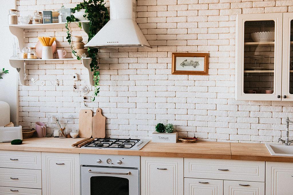 бели тухлички на гърба на кухнята