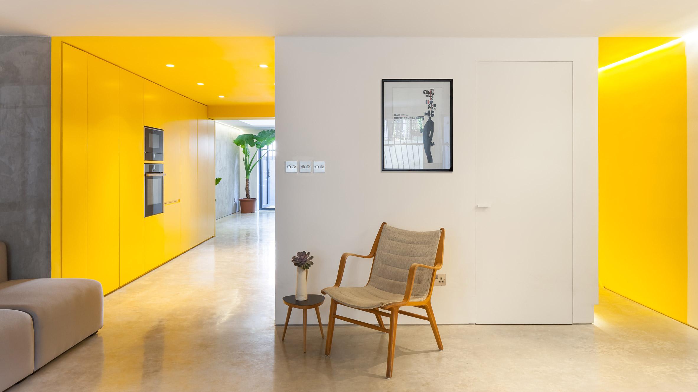 Жълта кухня осветява мазето в къща в Северен Лондон
