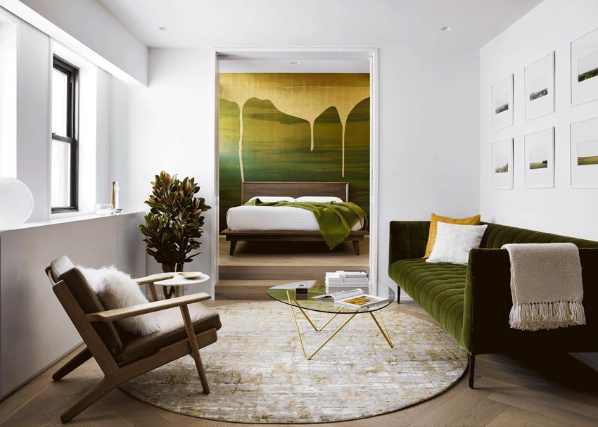 Златна боя се стича по зелената стена на Chelsea Pied-à-Terre