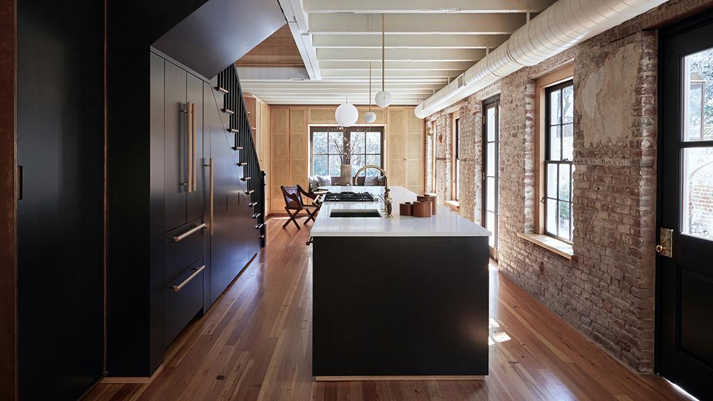Апартамент приковава вниманието с интересната си тухлена стена