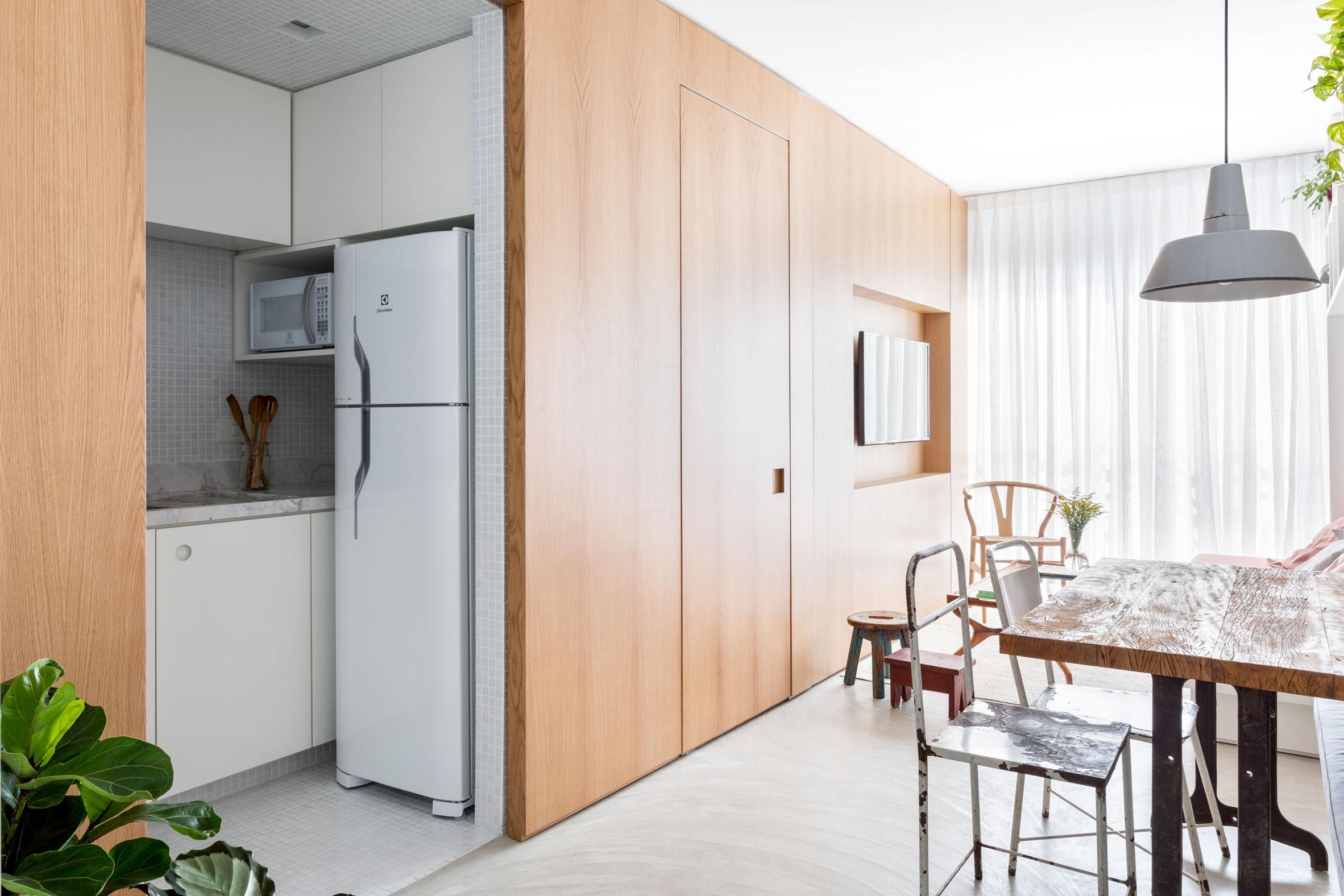 Реновиран апартамент предлага поглед към идеи за малка кухня