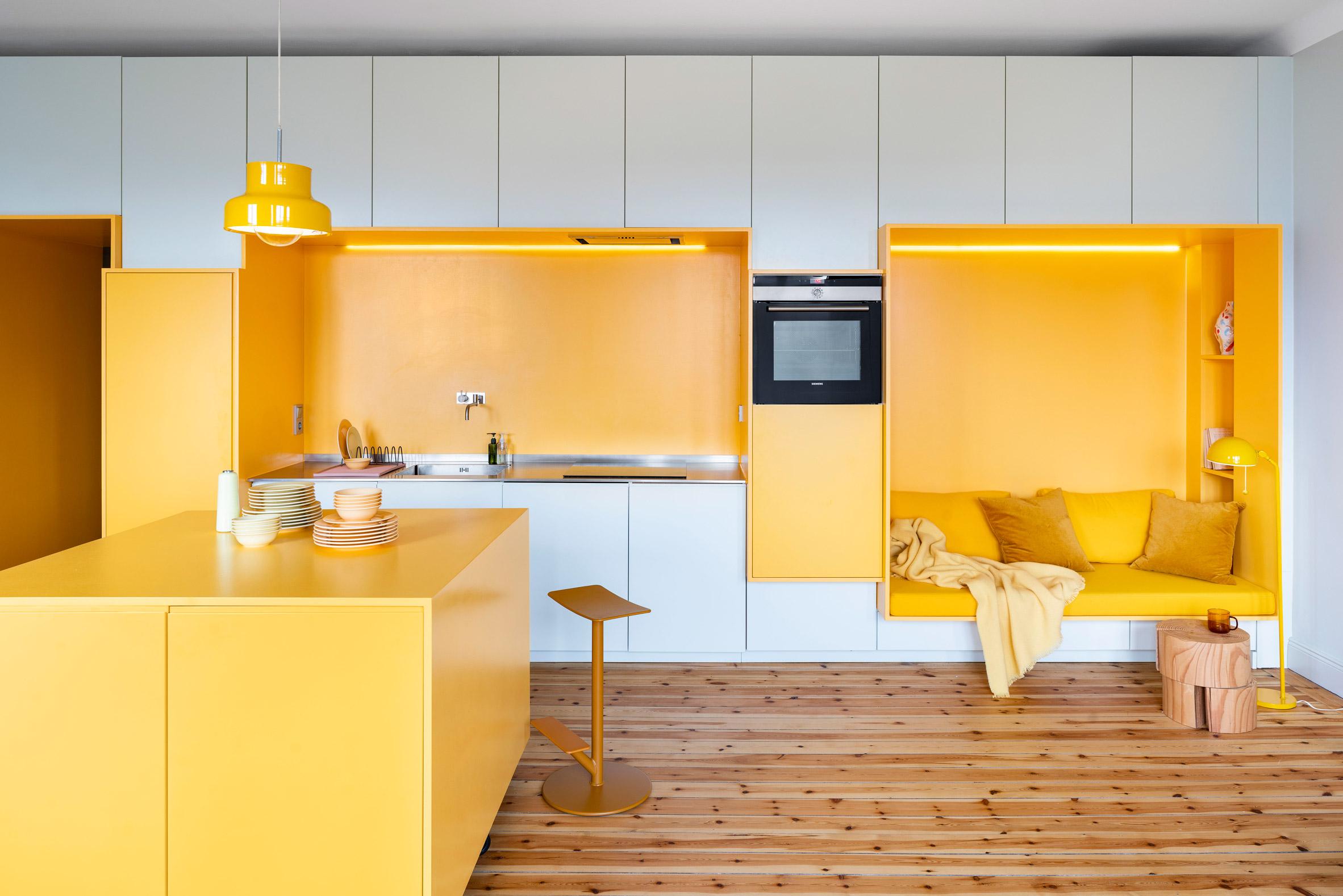 Апартамент в Стокхолм впечатлява с решения за съхранение