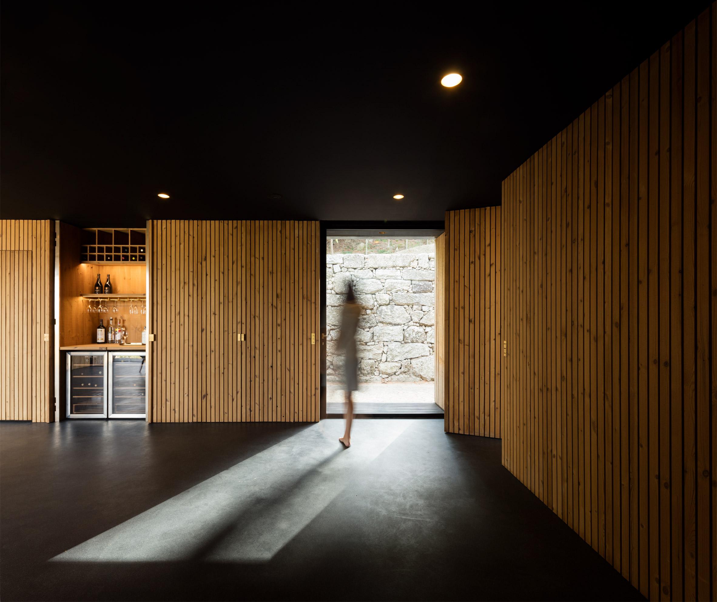 Дървени стени покриват скрити пространства в малка къща