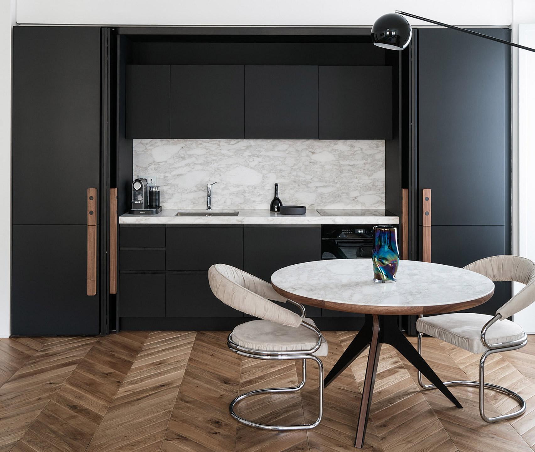 Два свързани апартамента разкриват дизайн от 50-те и 70-те