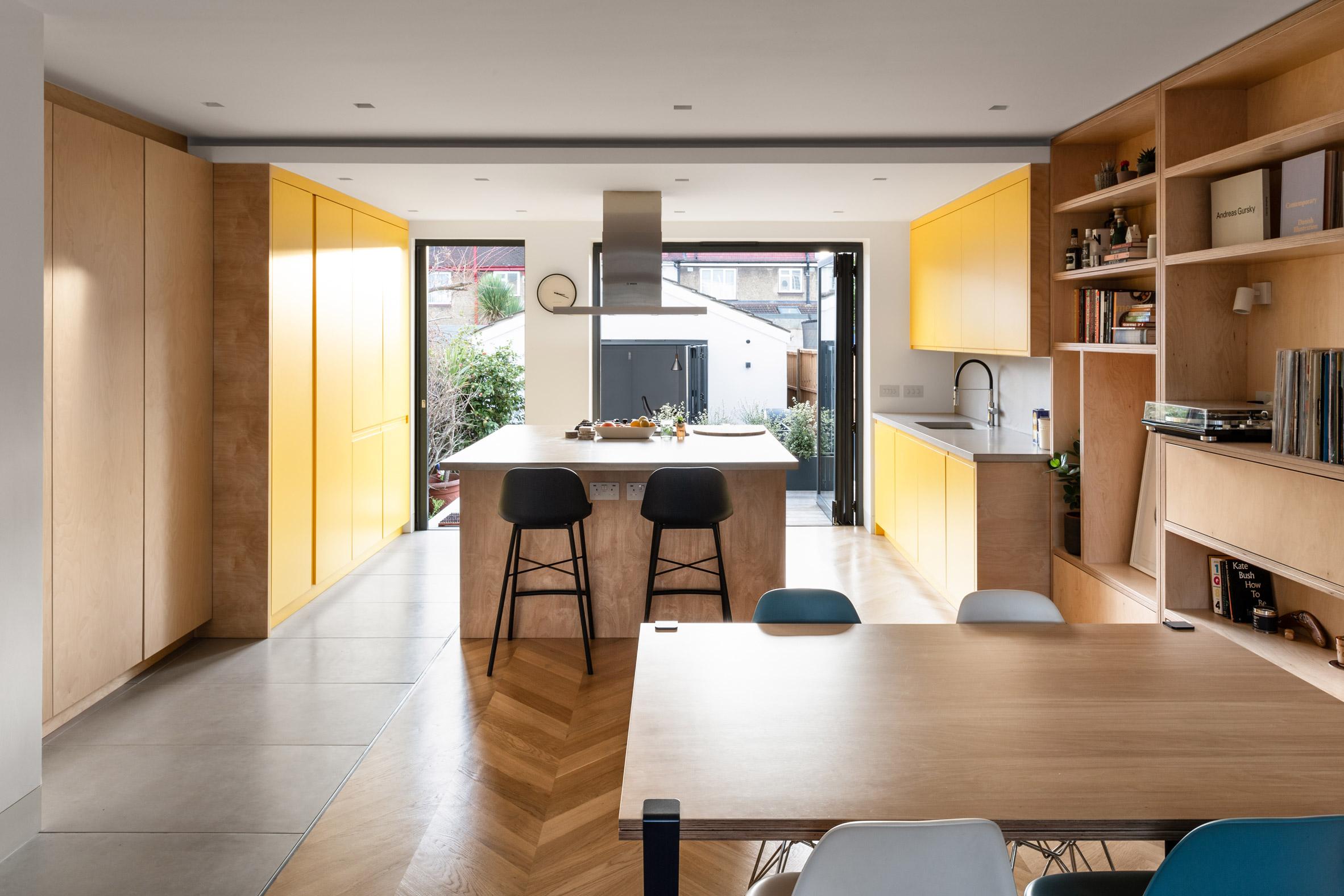Архитекти внасят цветни акценти и елементи от бреза в къща от 30-те