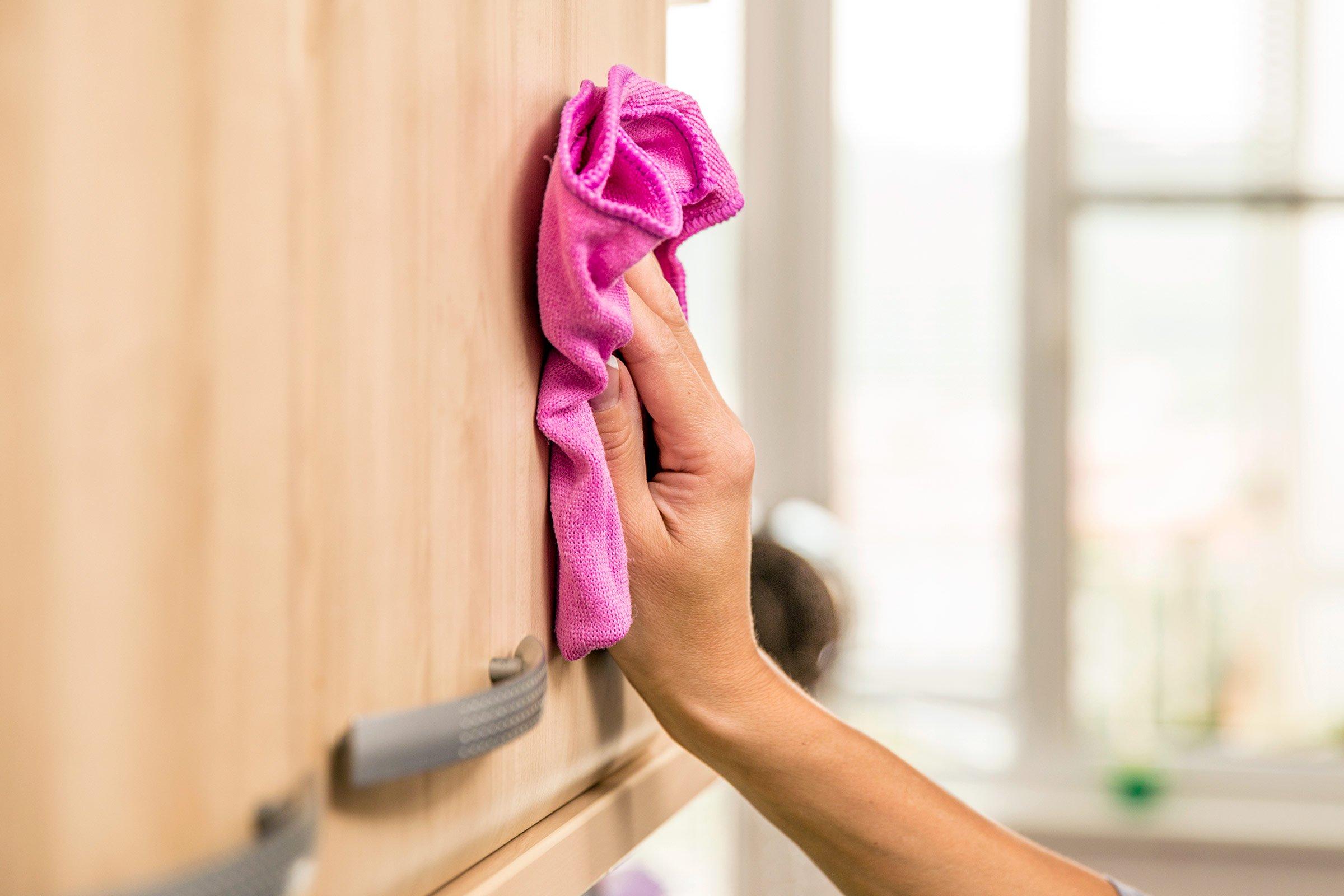 Колко често трябва да чистите кухненските шкафове?