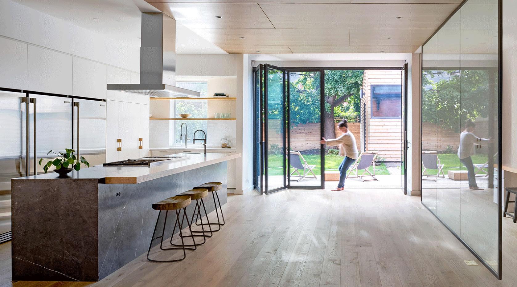 Къща в Торонто е обновена с дървено стълбище и иновативни спални