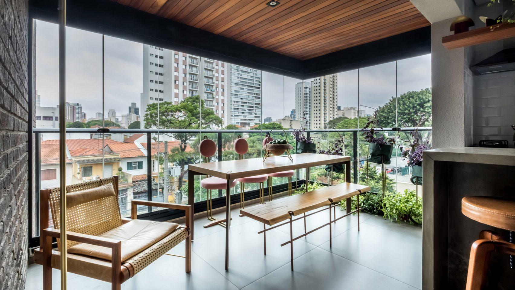 Тераса е превърната в трапезария за пълно използване на пространството