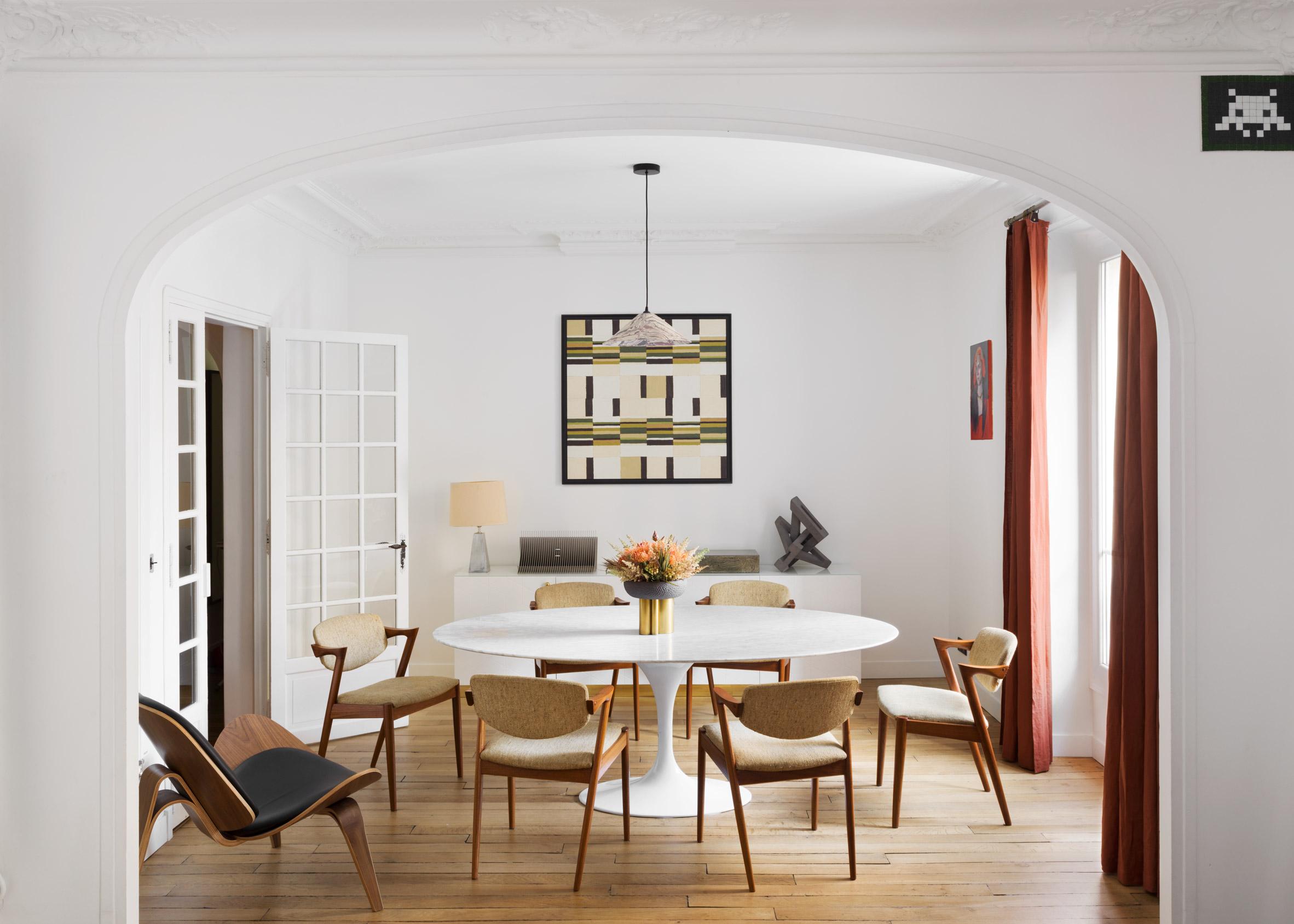 Разнообразие от цветове създава атмосфера в апартамент в Париж