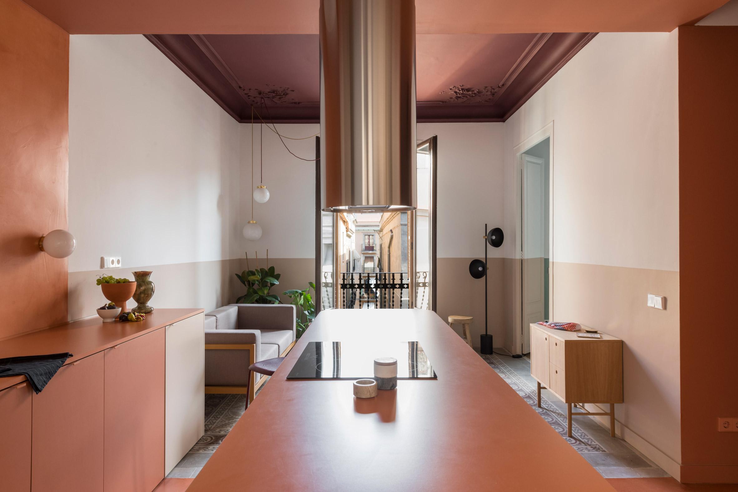 Цветово блокиране осветява апартамент в Барселона
