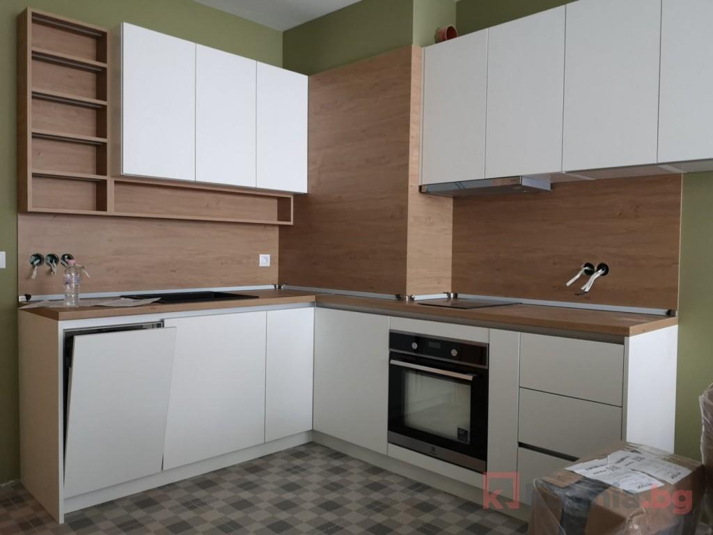 Преди и след: създаването на малка кухня в бели и дървесни тонове