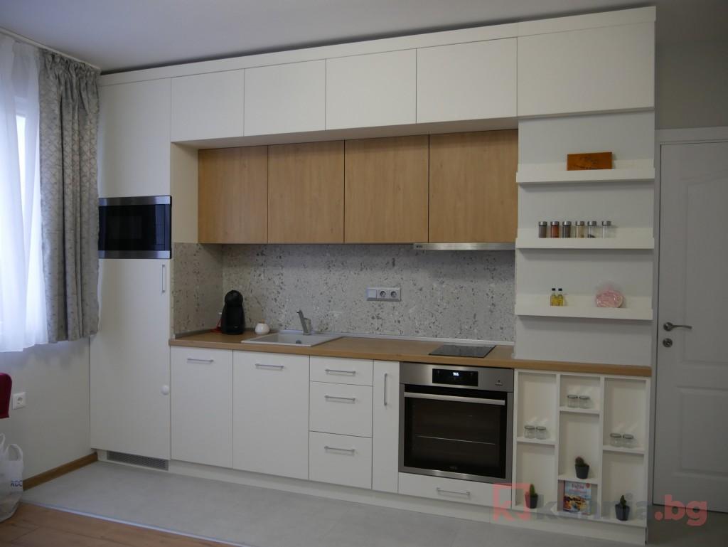 Правa кухня в бяло идеално се съчета с помещението на нашия клиент