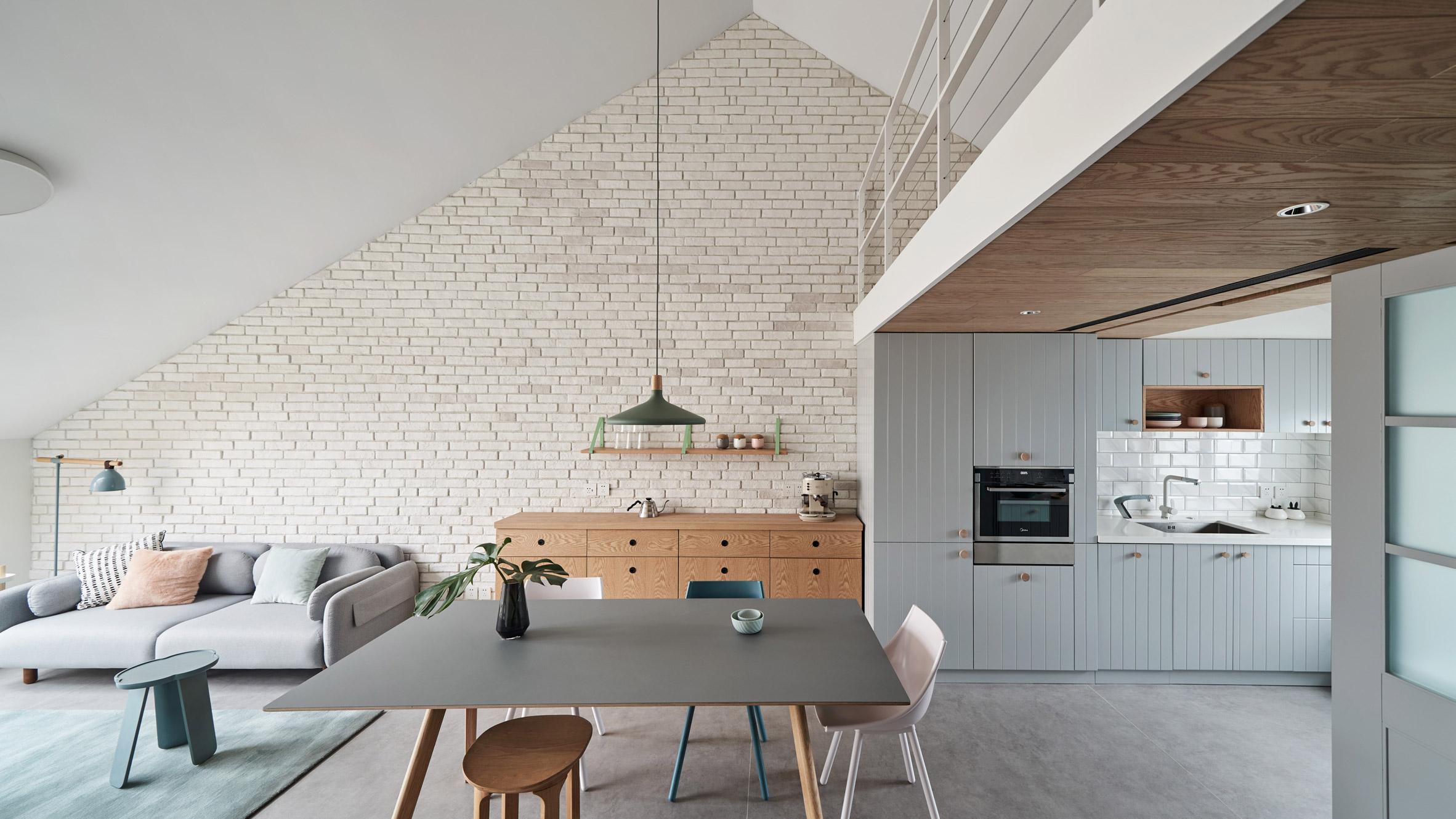 Студио използва пастелни нюанси за тавански апартамент в Пекин